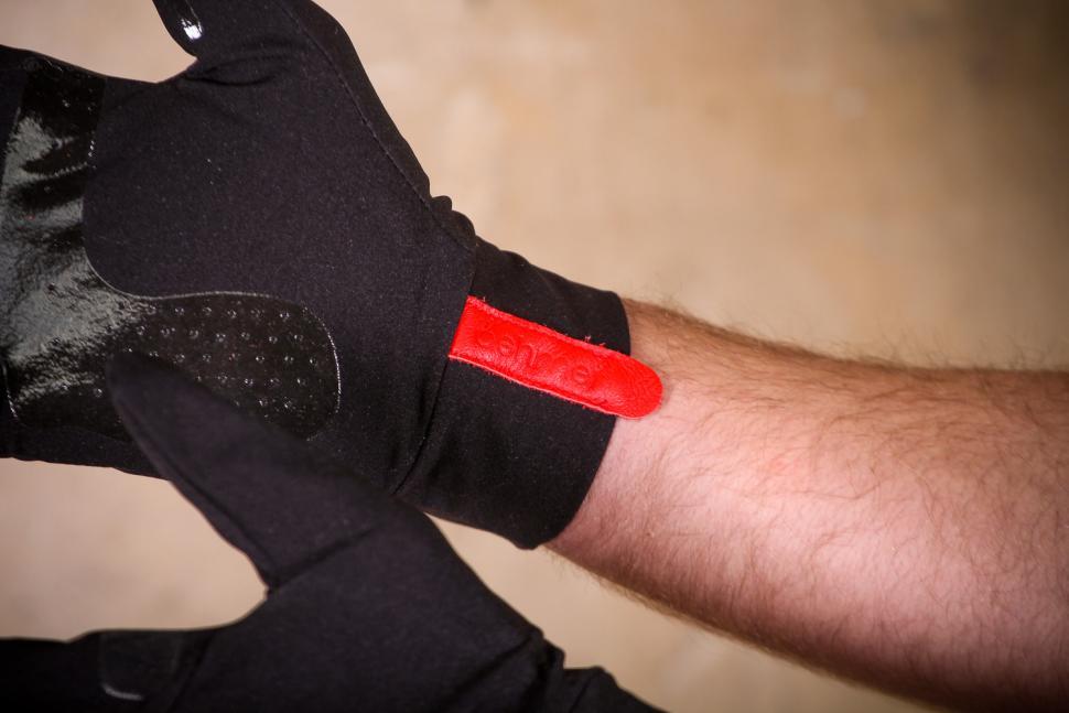 ashmei Windproof Glove - detail.jpg