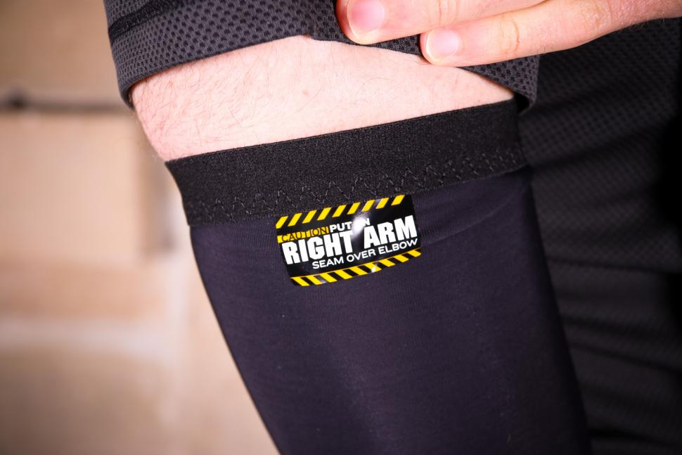 Assos Arm Warmer Evo7 - label.jpg
