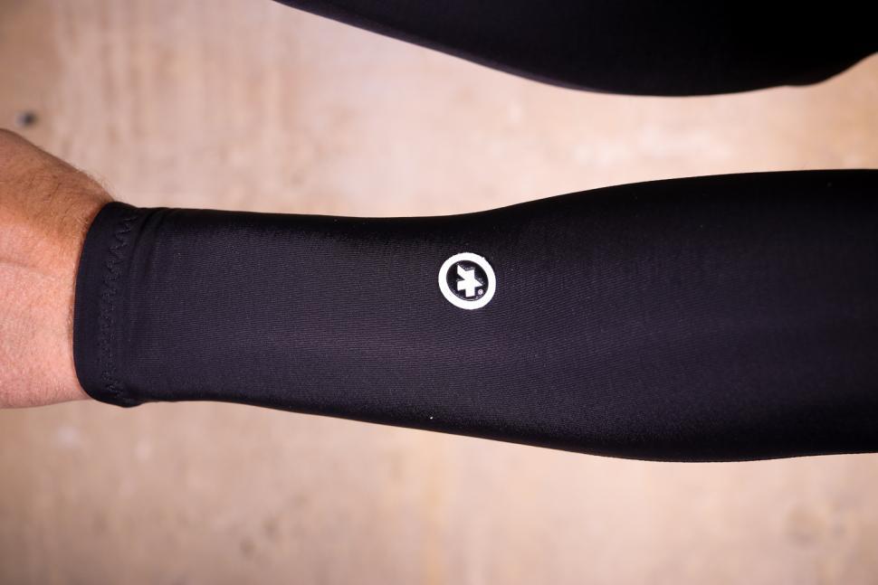 Assos Arm Warmer Evo7 - logo.jpg