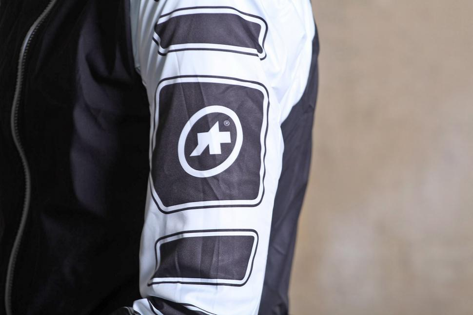 Assos iJshaqUno Jacket - sleeve logo.jpg