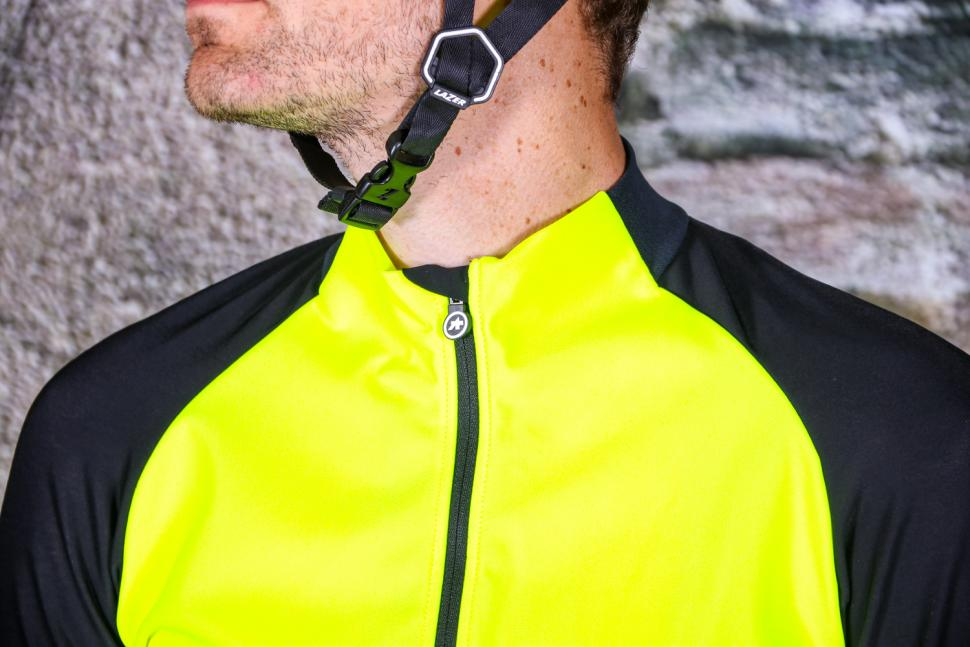 Assos Mille GT Jacket Spring-Fall Fluo Yellow - collar.jpg