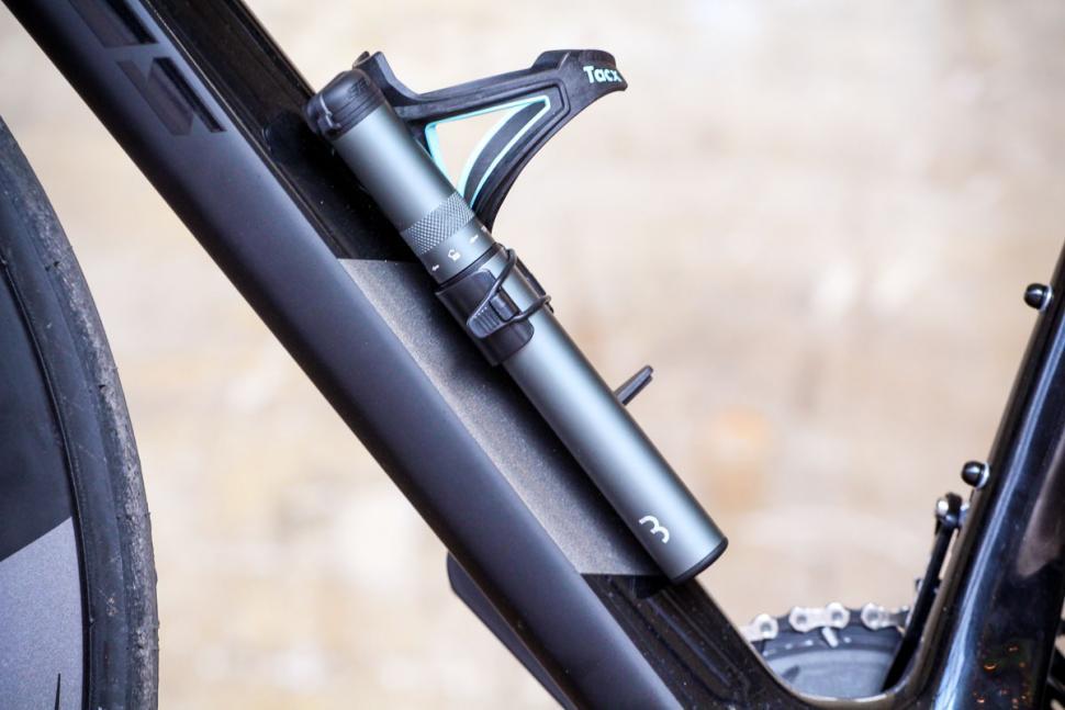 bbb_samurai_telescopic_mini_pump_-_on_bike.jpg