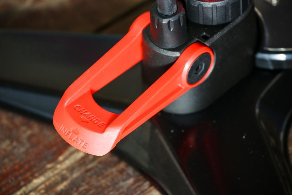 Beto Surge Tubeless Floor Pump - detail.jpg