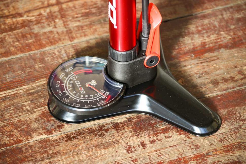 Beto Surge Tubeless Floor Pump - gauge.jpg