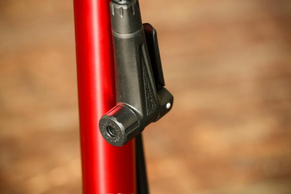 Beto Surge Tubeless Floor Pump - valve head.jpg