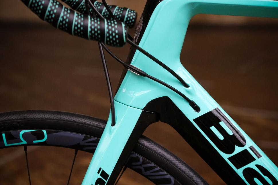 Bianchi Infinito CV Disc Ultegra - cables.jpg