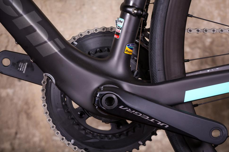 bianchi_oltre_xr3_disc_-_bottom_bracket.jpg
