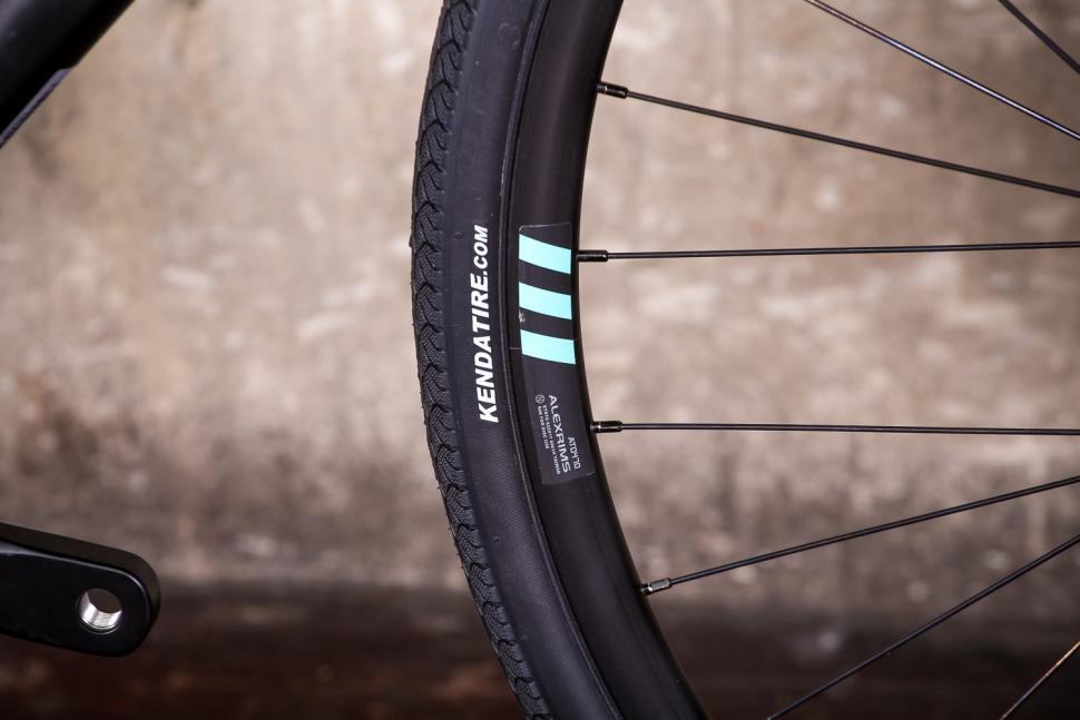 bianchi_via_nirone_7_all_road_-_tyre_and_rim.jpg