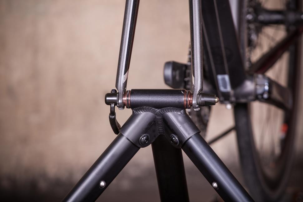Blackburn Raceday Portable Trainer - fork clamp.jpg