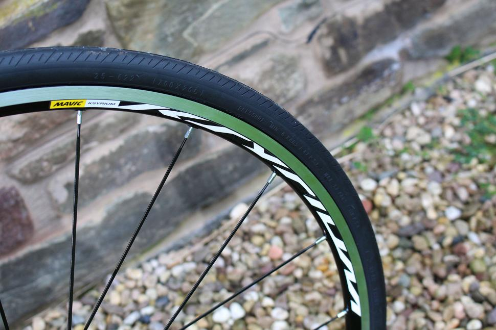 Boardman Road Pro SLR - tyre and rim.jpg