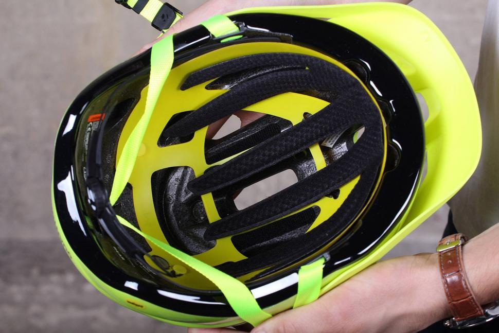 Bontrager Quantum MIPS Helmet - inside.jpg