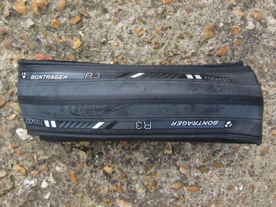 Bontrager R3 Hard-Case Lite 700x32c - Top.jpg