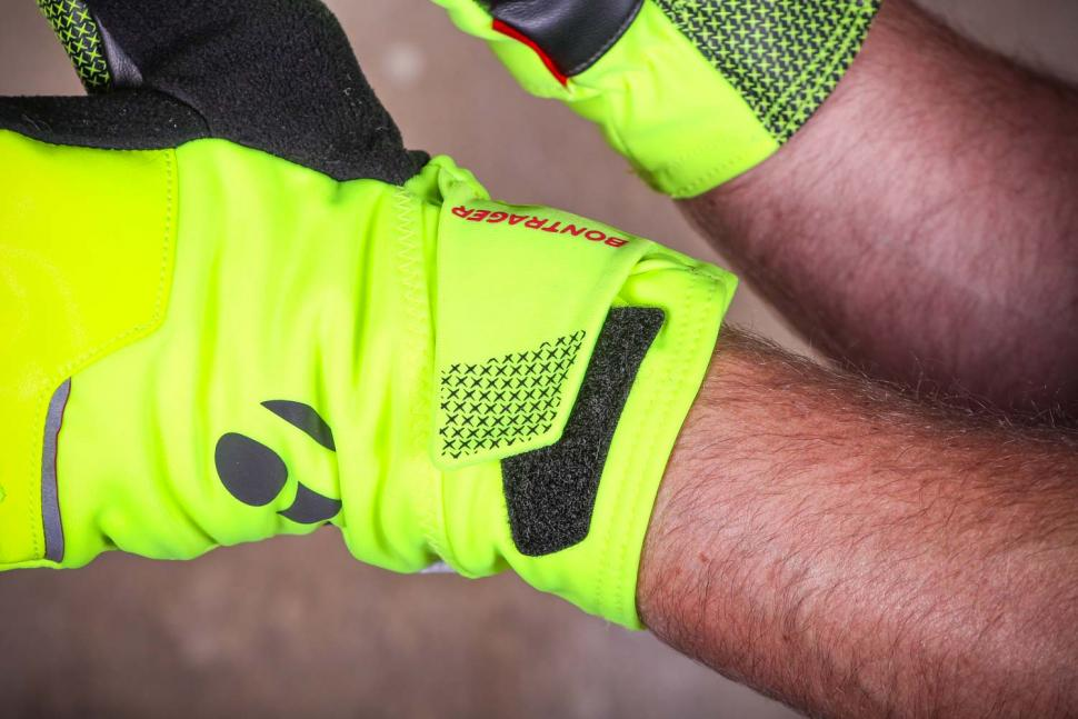 Bontrager Velocis S1 softshell glove - velcro.jpg