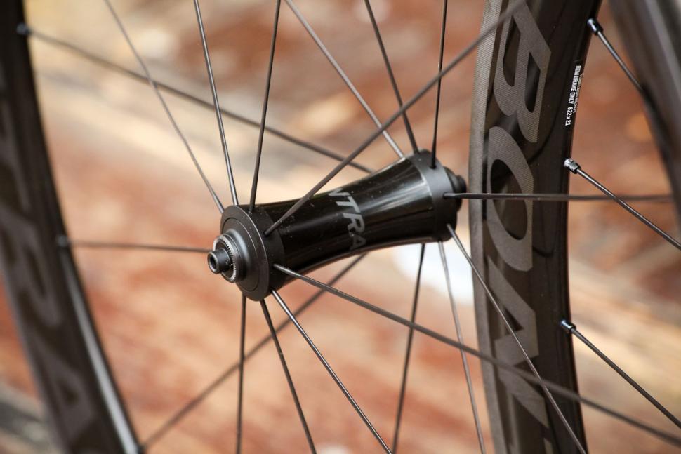 bontrager_aeolus_xxx_4_tlr_clincher_road_wheel_-_front_hub.jpg