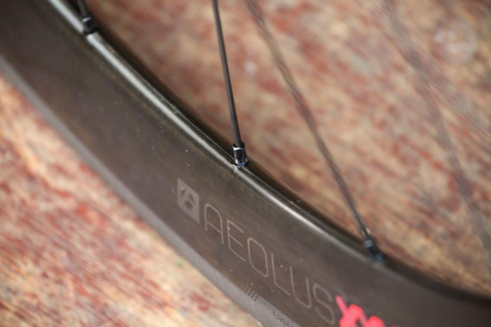 bontrager_aeolus_xxx_4_tlr_clincher_road_wheel_-_spoke_nipple.jpg