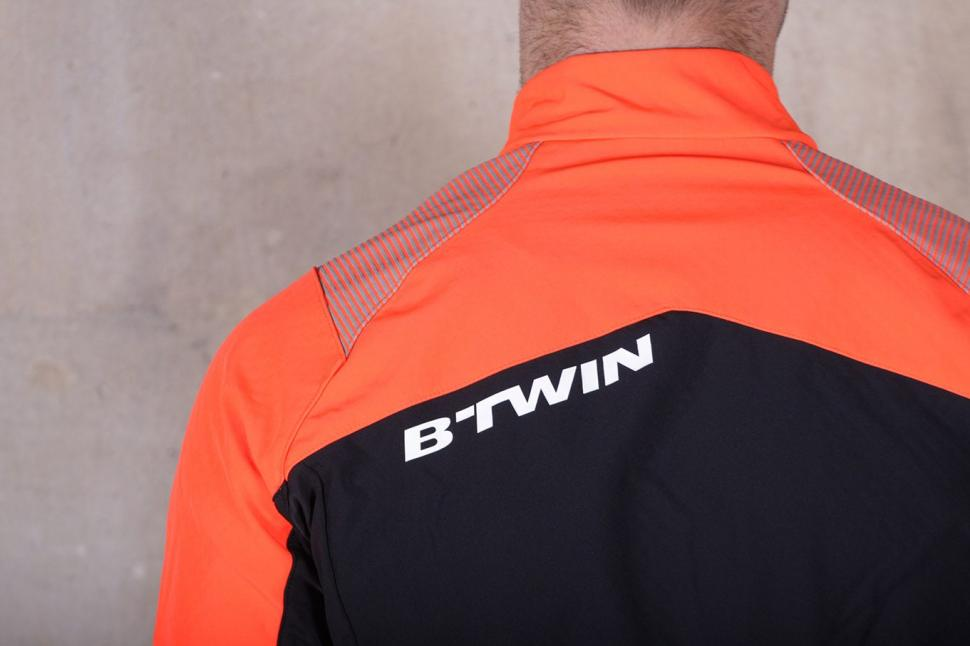 BTwin 500 Warm Cycling Jacket - shoulders.jpg