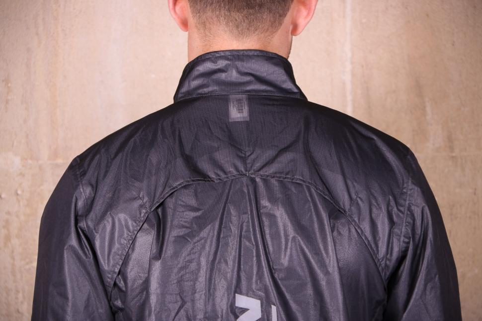 Btwin 900 Ultralight Showerproof Cycling Jacket Grey - shoulders.jpg