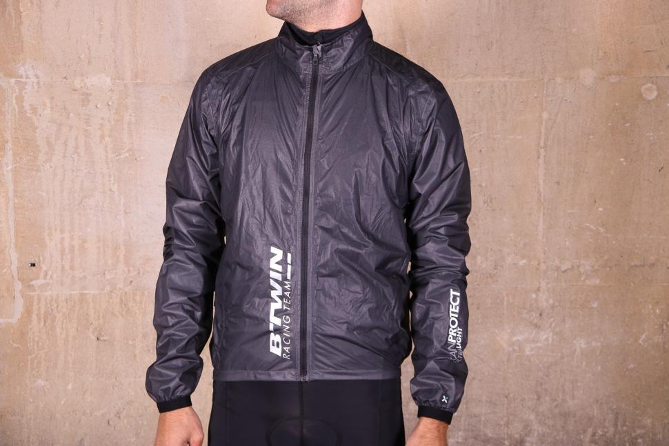 a60b98a6cfb9 Review  B twin 900 Ultralight Showerproof Cycling Jacket