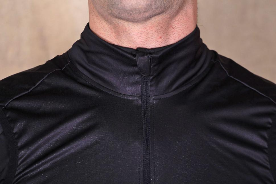 BTwin Aerofit Road Cycling Gilet - collar.jpg