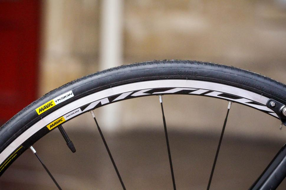 btwin_ultra_900_cf_105_-_tyre_and_rim.jpg