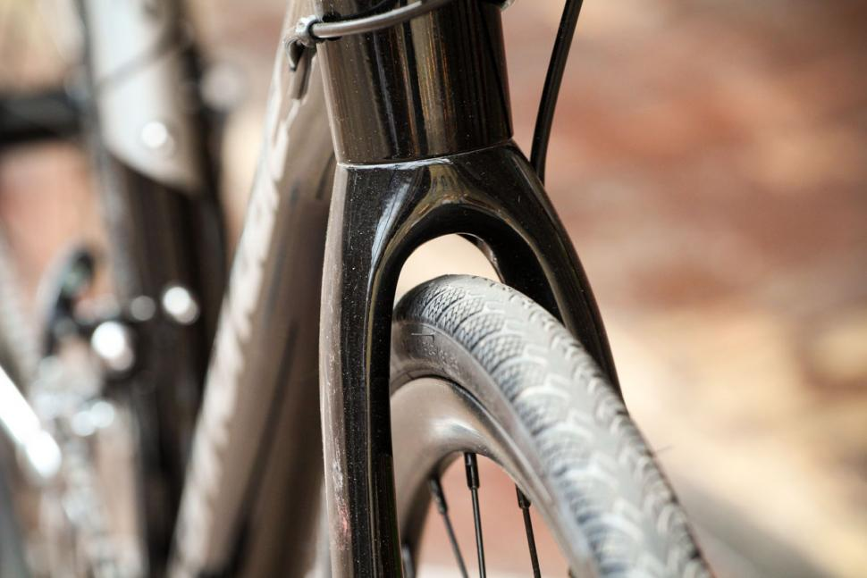 cannondale_synapse_disc_sora_-_fork_clearance.jpg