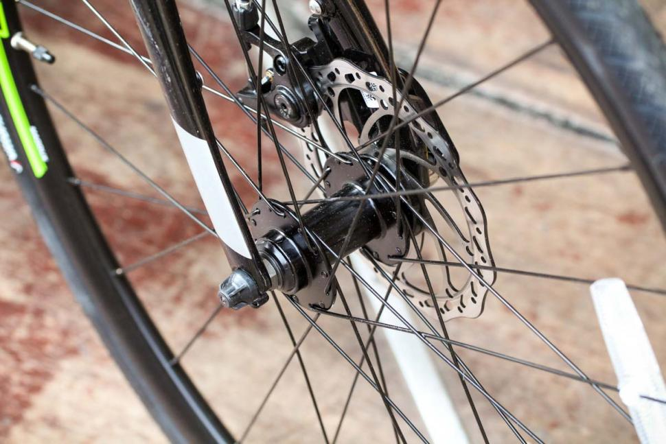 cannondale_synapse_disc_sora_-_front_hub.jpg