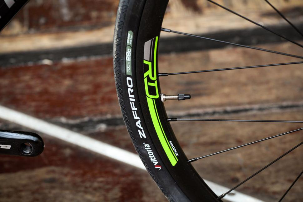 cannondale_synapse_disc_sora_-_tyre_and_rim.jpg