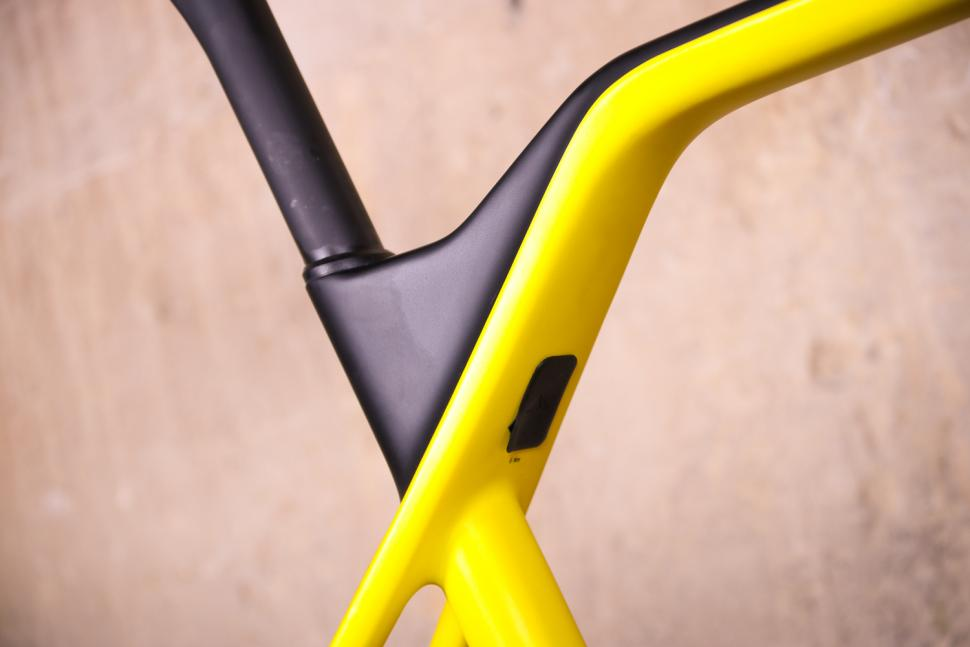 Canyon Inflite CF SLX - top tube detail 2.jpg