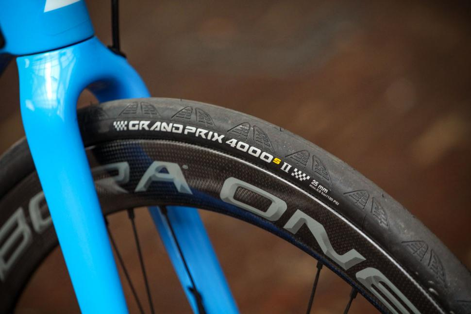 canyon_ultimate_cf_slx_9.0_disc_movistar_edition_12spd_campagnolo_-_tyre.jpg