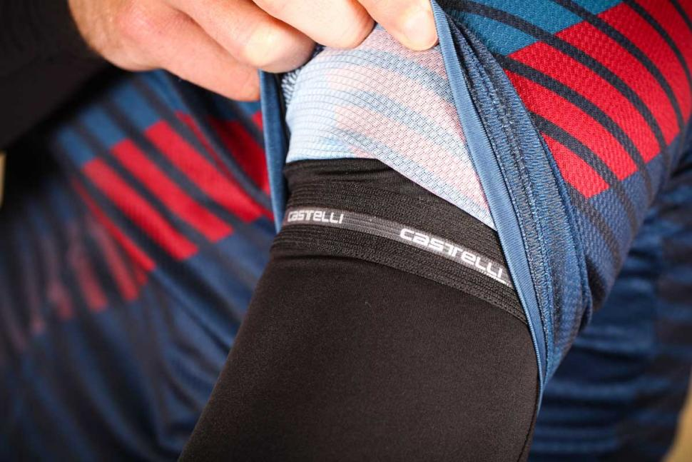 castelli_upf_50_light_arm_sleeve_-_gripper.jpg