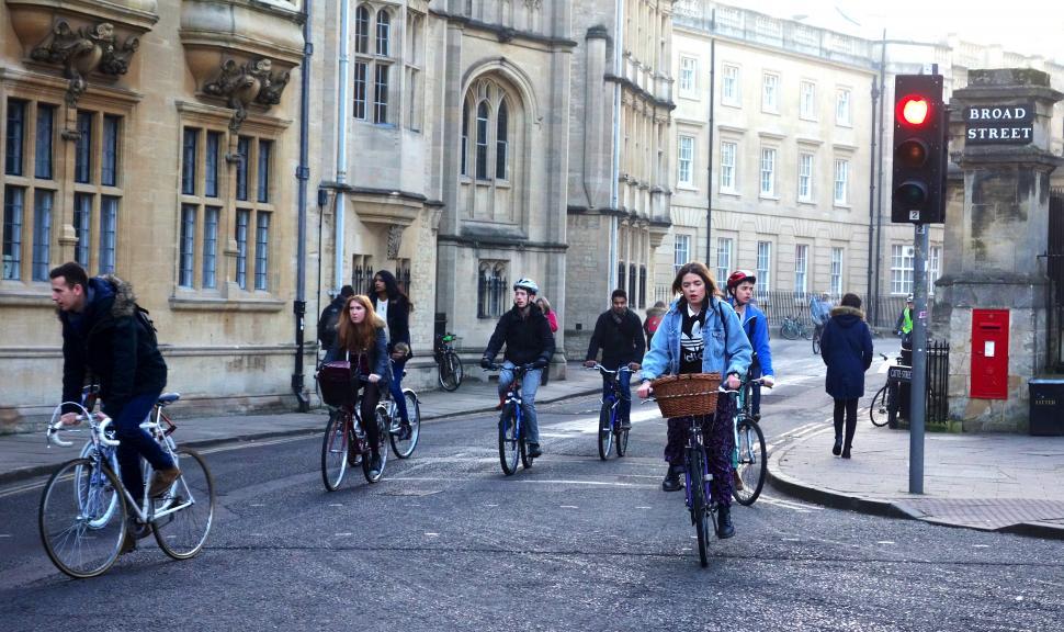 Hectic street racing in Oxford (CC BY 2.0 Tejvan Pettinger)