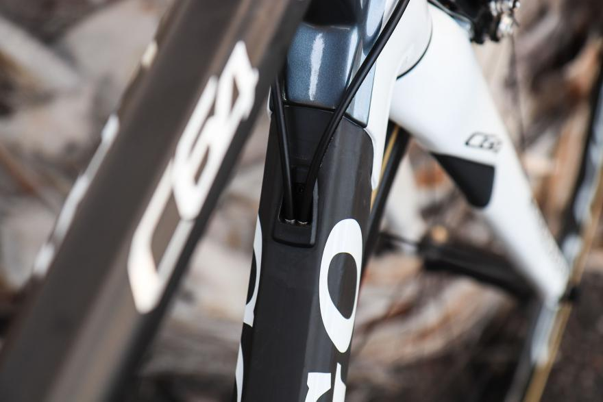 colnago-c64-cable-routing-1_0.jpg