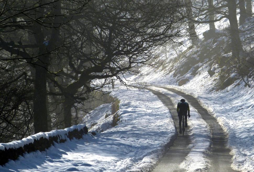 Cycling Up To Derbyshire Bridge in the snow (CC BY 2.0 arg_flickr|Flickr).jpg