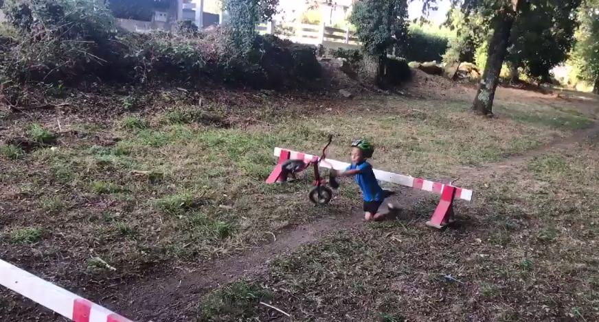 Cyclo-cross toddler hurdle fail (via Twitter).PNG
