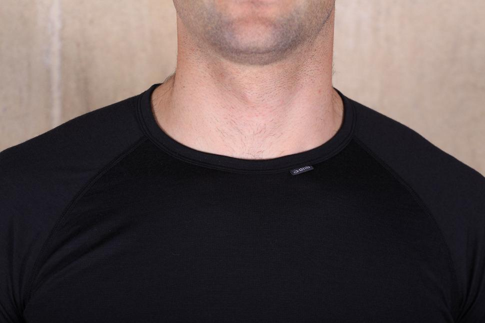 dhb Aeron Merino baselayer - collar.jpg