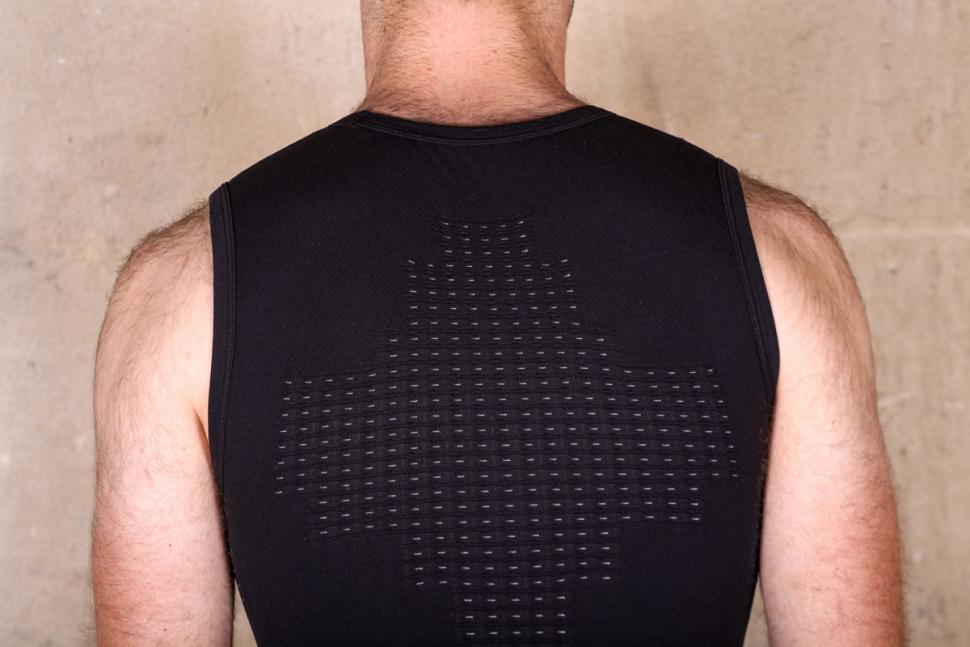 dhb_aeron_body_map_sleeveless_baselayer_-_shoulders.jpg