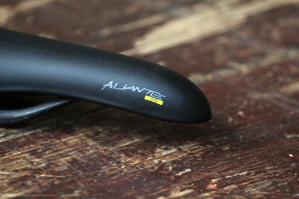 Fizik Aliante 00 road saddle - nose.jpg
