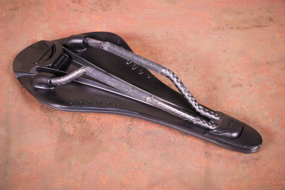 Fizik Arione R1 VS Evo saddle - underside.jpg