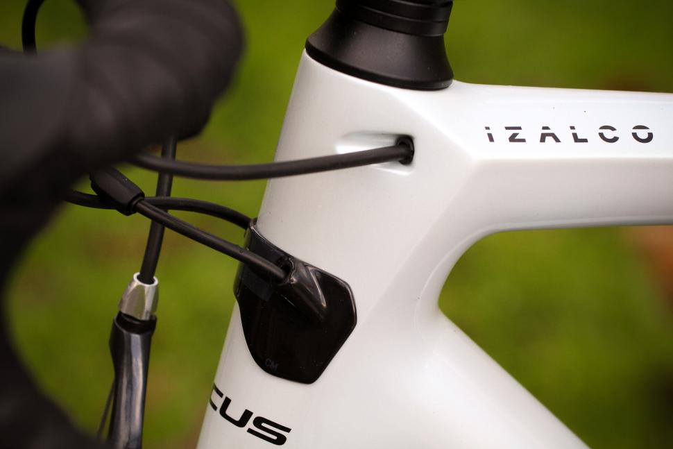 Focus Izalco Race - cable route 2.jpg