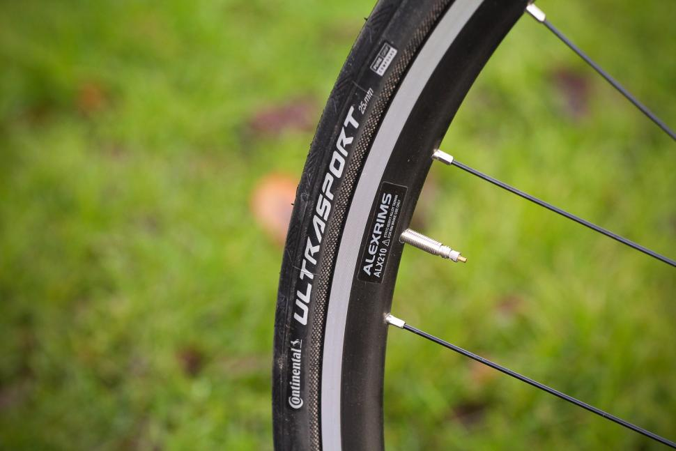Focus Izalco Race - tyre and rim.jpg