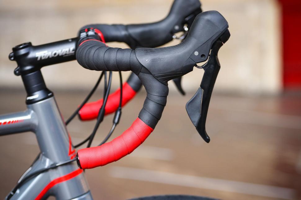 Fuji Roubaix 1.3 Disc - bar and shifter.jpg