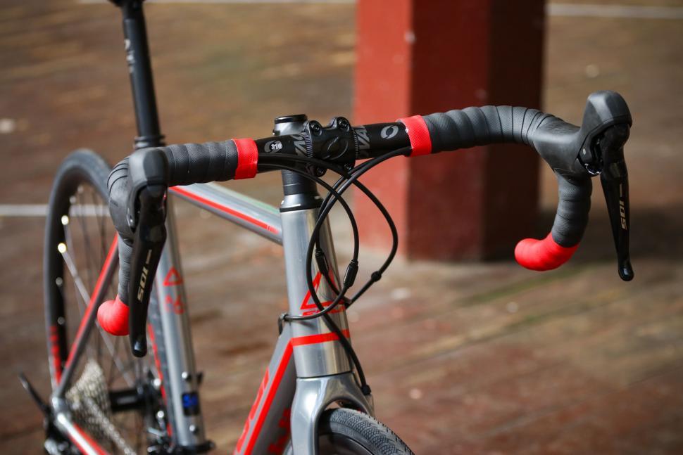 Fuji Roubaix 1.3 Disc - bars.jpg