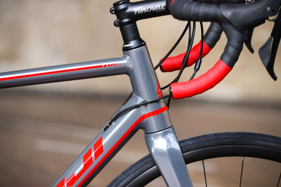 Fuji Roubaix 1.3 Disc - head tube.jpg