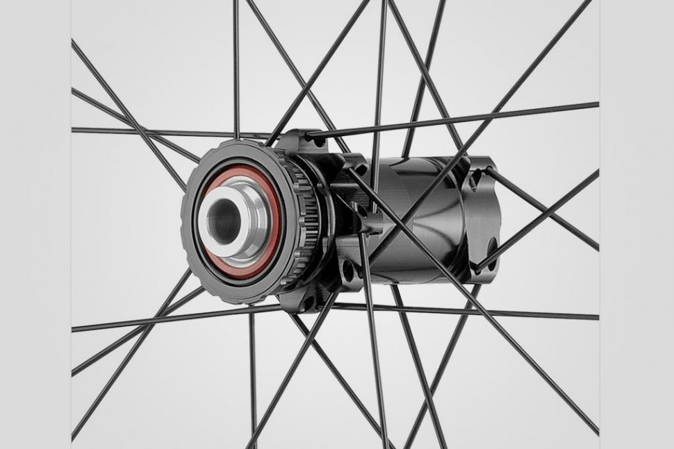 Fulcrum Competition - Wind 40 DB front hub.jpg