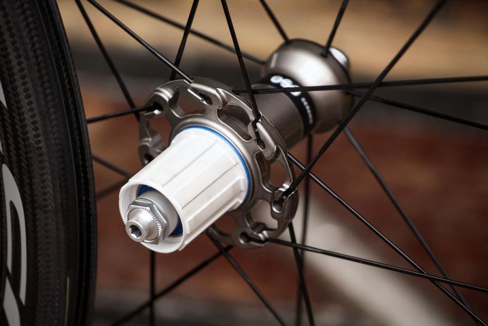 fulcrum_2018_racing_speed_40c_carbon_wheelset_-_rear_hub.jpg