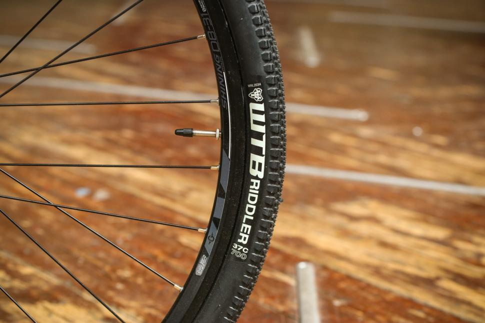 genesis-cda-20-rim-and-tyre.jpg