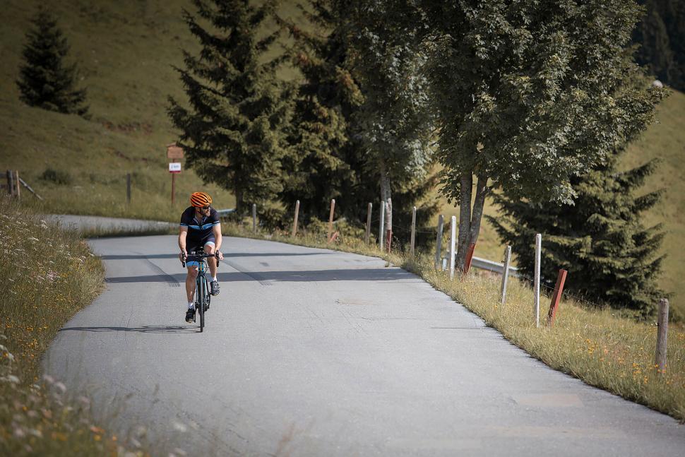 Giant Road E+ 1 - riding 1.jpg
