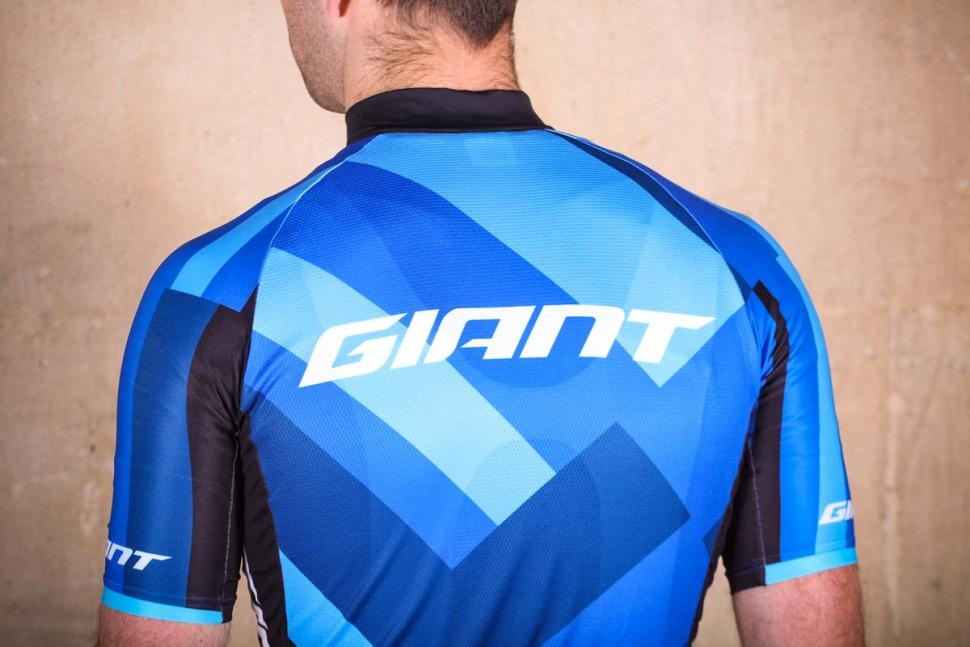 giant_elevate_short_sleeve_jersey_-_shoulders.jpg