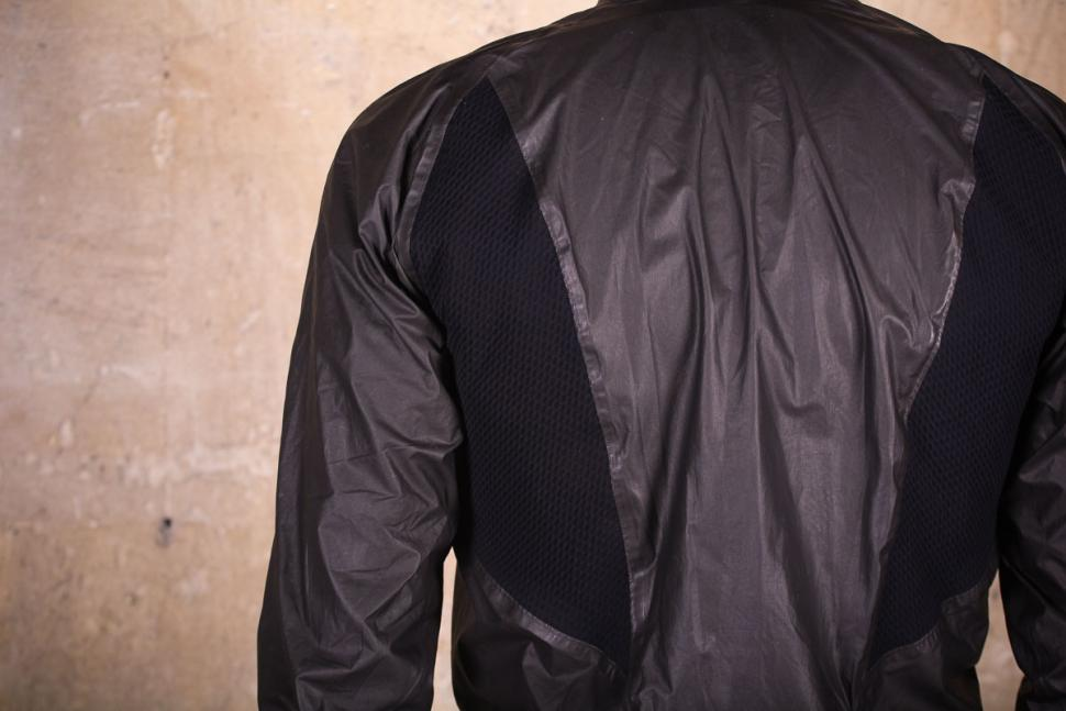 gore_c7_gore-tex_shakedry_stretch_jacket_-_back_detail.jpg