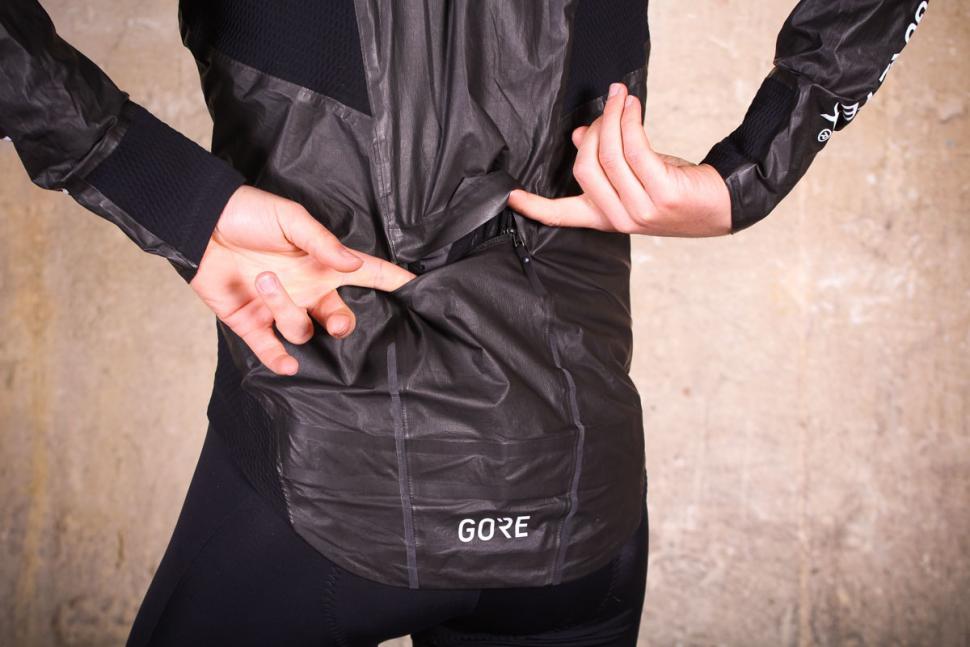 gore_c7_gore-tex_shakedry_stretch_jacket_-_pocket.jpg